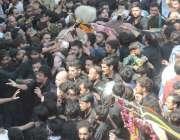 لاہور: عاشورہ محرم کے موقع پرعزادار ذوالنجناح کو عقیدت سے چھو رہے ہیں۔