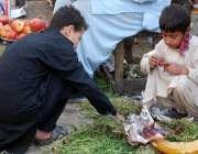 لاہور: سبزی منڈی میں بچے گلی سٹری سٹرابری کھا رہے ہیں۔