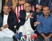 فیصل آباد: اپوزیشن لیڈر سید خورشید شاہ پریس کانفرنس سے خطاب کر رہے ہیں۔