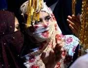 حیدر آباد: عید کی تیاریوں میں مصروف خواتین ایک سٹال سے جیولری پسند کر ..