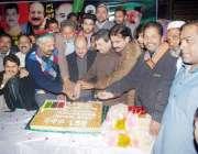 لاہور: پیپلز پارٹی کے بانی ذوالفقار علی بھٹو کی سالگرہ کا کیک عزیز الرحمن ..