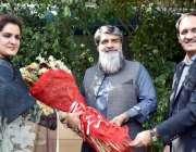 لاہور: نگران صوبائی وزیر ماحولیات سعید اللہ بابر کو دفتر آمد پر ڈی جی ..