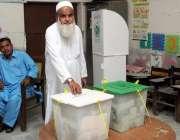 حیدر آباد: عام انتخابات 2018  ایک بزرگ شخص اپنا حق رائے دہی استعمال کر ..