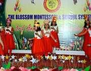 اٹک: مقامی سکول کے بچے سالانہ تقریب میں ٹیبلو پیش کر رہے ہیں۔
