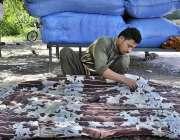 اسلام آباد: وفاقی دارالحکومت میں مزدور رضائی کی سلائی کرنے میں مصروف ..