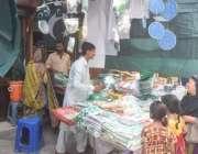 لاہورر: ایک خاتون اپنی بچیوں کے ہمراہ اردو بازار میں یوم آزادی کی مناسبت ..