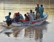 لاہور: سیرو تفریح کے لیے آئی فیملی دریائے راوی میں کشتی رانے سے لطف ..