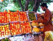 اسلام آباد: وفاقی دارالحکومت میں دکاندار گاہکوں کو متوجہ کرنے کے لیے ..