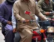 حیدر آباد: موٹر سائیکل سوار دھوپ سے بچنے کے لیے چہروں پر رومال لپیٹے ..