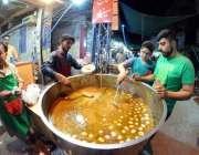 راولپنڈی: روزہ دا رسحری کے لیے کھانے پینے کی اشیاء خرید رہے ہیں۔