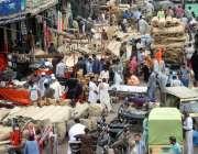کراچی: عید کی تیاریوں میں مصروف شہری خریداری کر رہے ہیں۔