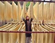 حیدر آباد: محنت کش روایتی انداز سے سویاں بنانے کے بعد خشک کرنے دھوپ ..
