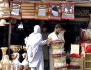 اسلام آباد: ایک خاتون دکان سے موڑھے خرید رہی ہے۔