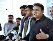 اسلام آباد: وفاقی وزیر اطلاعات و نشیریات چوہدری فواد حسین میڈیا سے ..
