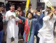 لاہور: تحریک انصاف کے کارکن احتساب عدالت کے فیصلے کی خوشی میں بھنگڑے ..