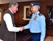 اسلام آباد: وزیر خارجہ شاہ محمود قریشی اور چیف آف ایئر سٹاف ایئر چیف ..