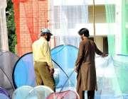 اسلام آباد: وفاقی دارالحکومت میں ایک شخص نے سڑک کنارے فروخت کے لیے مچھردانیاں ..