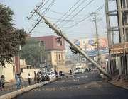 ملتان: این ڈی اے چوک کے قریب بجلی کا پول گرا ہوا جو کسی حادثے کا سبب بن ..