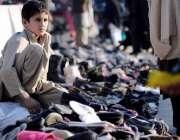 اسلام آباد: کمسن بچہ روڈ کنارے سٹال لگائے جوتے فروخت کرنے کے لیے بیٹھا ..