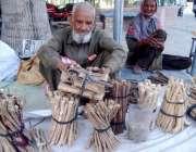 لاہور: معمر شخص اور خاتون مسواکیں فروخت کرنے کے لیے بیٹھے ہیں۔