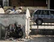 اسلام آباد: بری امام کے علاقے میں رکھے گئے ٹوٹے کوڑا دان سے کچرا زمین ..