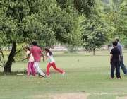 لاہور: مقامی پارک میں صبح کے وقت سیر و تفریح کے لیے آئے شہری بچوں کے ..