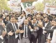 لاہور: لاہور بار ایسوسی ایشن کے زیر اہتمام وکلاء مظاہرہ کر رہے ہیں۔