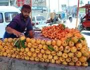 ملتان: ریڑھی بان گاہکوں کو متوجہ کرنے کے لیے آم سجا رہا ہے۔