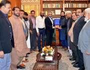 کراچی: گورنر سندھ محمدزبیر کو گونر ہاؤس میں آل سٹی تاجر اتحاد کے اراکین ..