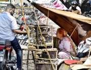 لاہور: ایک موٹر سائیکل سوار شہری آزاد کرنے کے لیے چڑیاں خرید رہا ہے۔