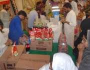 لاہور: باغبانپورہ رمضان بازار میں شہری خریداری کر رہے ہیں۔