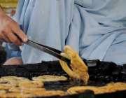 اسلام آباد: کاریگر جلیبی تیار کررہا ہے۔