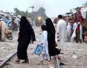 پشاور: خواتین بچے کے ہمراہ ریلوے ٹریفک کراس کر رہی ہیں جبکہ دوسری جانب ..
