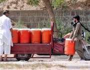 راولپنڈی: ایک محنت کش واٹر فلٹریشن پلانٹ سے پینے کا پانی کولروں میں ..