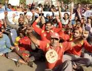 لاہور: مختلف پٹرول پمپوں کے ملازمین اپنے مطالبات کے حق میں پریس کلب ..