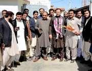 کوئٹہ: نو منتخب سینیٹر احمد خان کا کامیابی پر مبارکباد دینے کے لیے آنیوالے ..