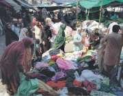 رائیونڈ: خواتین لنڈا بازار سے گرم ملبوسات خرید رہی ہیں۔