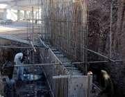 اسلام آباد: مزدور کھنہ پل سگنل فری ایکسپریس وے کے تعمیراتی کام میں مصروف ..