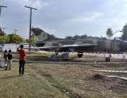 اسلام آباد: سیکٹر9گرین بیلٹ پر جہاز کا ماڈل نصب کیا جارہا ہے۔