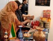 راولپنڈی: خواتین راول ایکسپو میں رکھی گئی اشیاء میں دلچسپی لے رہی ہیں۔