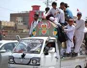 پشاور: بچے خطرناک انداز سے سوزوکی پک اپ پر سفر کر رہے ہیں جو کسی حادثے ..