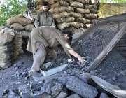 اسلام آباد: وفاقی دارالحکومت میں دکاندار کوئلہ فروخت کر رہا ہے۔