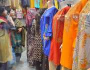 حیدر آباد: عید کی تیاریوں میں مصروف خواتین ریشم بازار میں ایک دکان سے ..