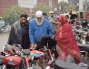 لاہور: موسم سرما کی آمد پر ایک بزرگ شہری لنڈا بازار میں پٹھان سے جیکٹ ..