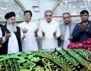 لاہور: تحریک انصاف کے چیئرمین عمران خان داتا دربار پر حاضری کے موقع ..