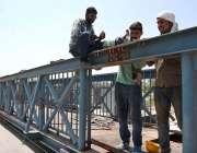 اسلام آباد: مزدور پل کے ٹوٹے ہوئے حصوں کو جوڑنے میں مصروف ہیں۔