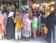 لاہور: باغبانپورہ میں خواتین عیدالفطر کی مناسبت سے خریداری کر رہی ہیں۔