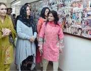 لاہور: گورنر پنجاب کی اہلیہ بیگم پروین سرور اور پنجاب اسمبلی مسرت جمشید ..