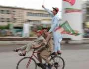 لاہور: عام انتخابات 2018  جی ٹی روڈ پر سائیکل سوار بچے تحریک انصاف کے پرچم ..