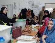 حیدر آباد: عام انتخابات 2018  لطیف آباد کے ایک پولنگ اسٹیشن پر خواتین ..